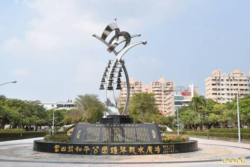 1993年興建完成的高雄岡山228和平紀念公園,是全台首座為紀念228設置的公園。(記者蘇福男攝)