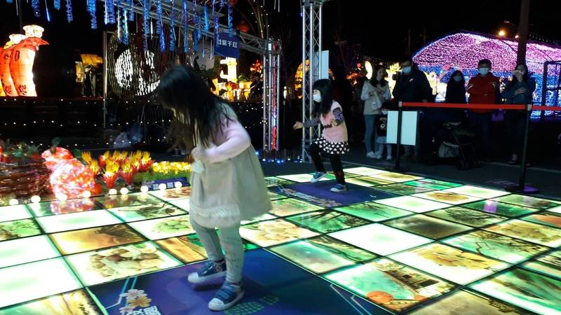 南投燈會環保互動燈區,工作人員打扮成日本動漫電影《鬼滅之刃》角色,引導民眾參與互動。(南投縣政府提供)