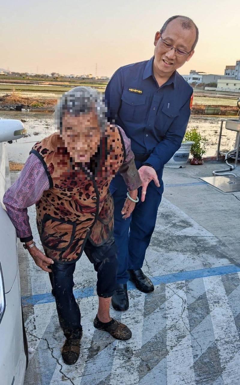 霧峰分局四德派出所警員林文鐘,下班返家發現90歲吳姓老阿嬤跌進稻田中,趕緊跳進田裡將她救起來。(記者陳建志翻攝)