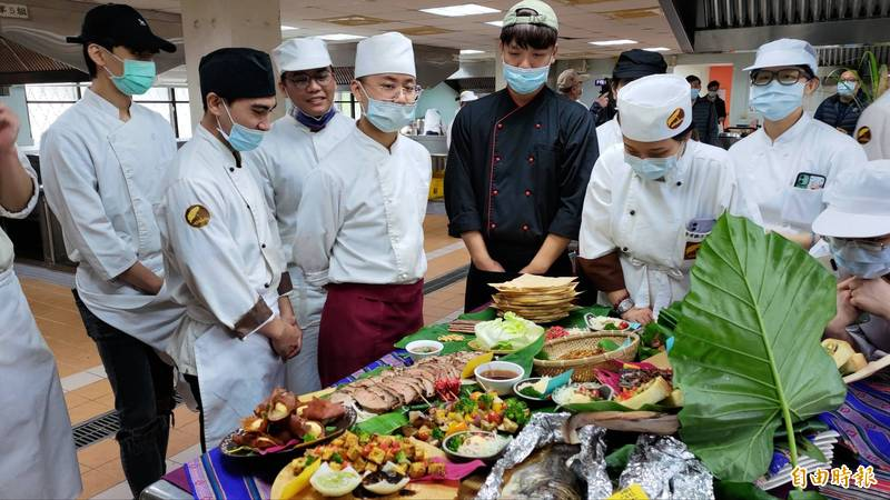 台灣觀光學院去年底上任的代理校長王燕軍曾希望學校課程轉型,圖為學生今年1月舉辦原住民創意菜色比賽發表會。(記者花孟璟攝)