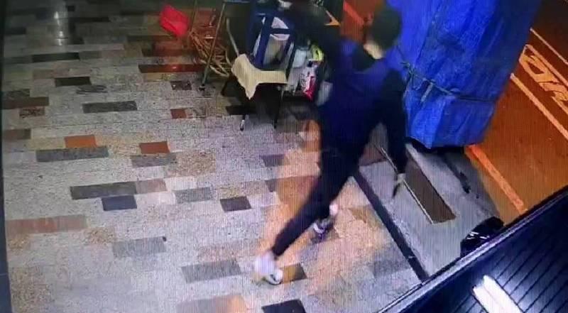 綽號蝦米的男子蔡秉逸穿防彈背心、持雙槍獨闖老大陳建文家槍殺老大後,隨即到警局自首。(圖:民眾提供)