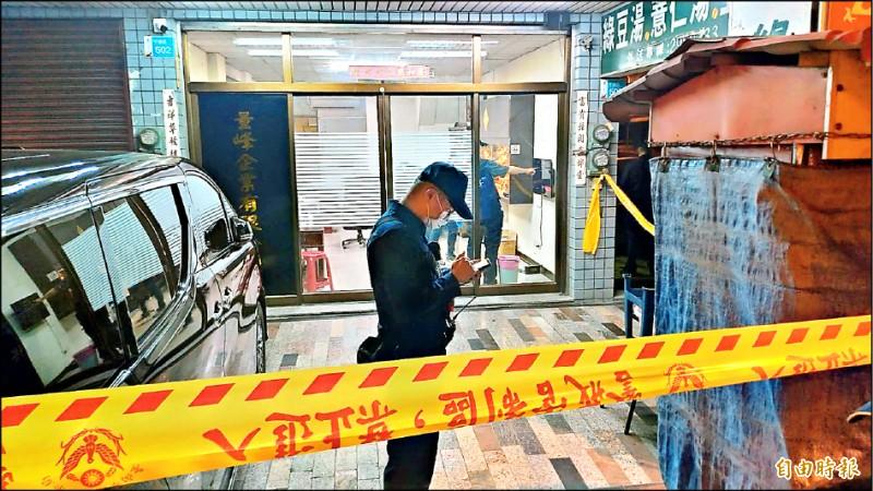 台南安平區一處民宅昨晚發生槍擊案,警方封鎖現場調查。(記者王俊忠攝)