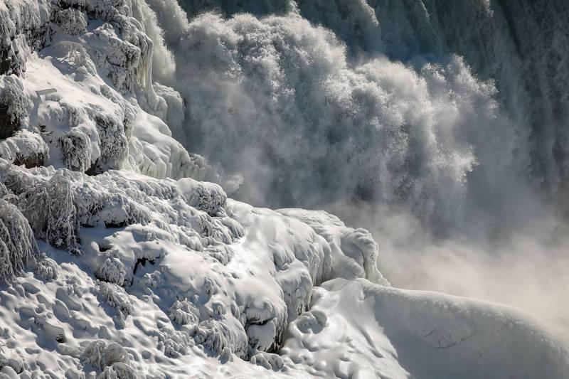 尼加拉瀑布化為純白仙境,畫面非常動人。(路透)