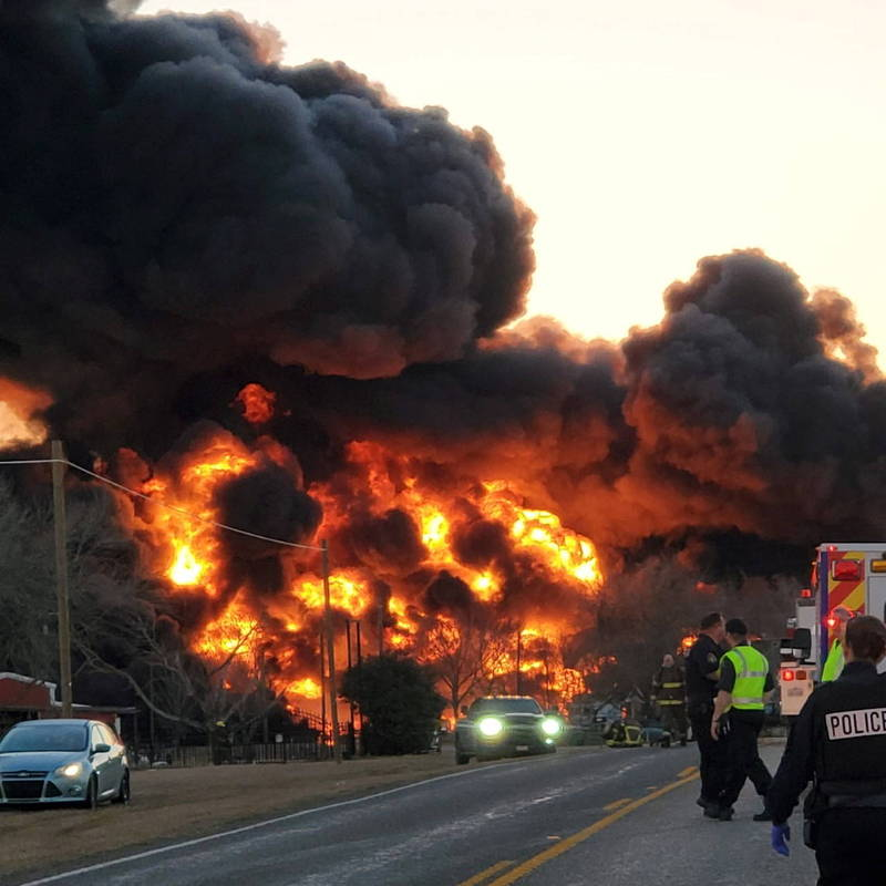 A major traffic accident occurred in Texas, the United States. A train full of gasoline and chemicals collided with an 18-wheel large trailer truck, and the chemicals on it exploded.  (Reuters)