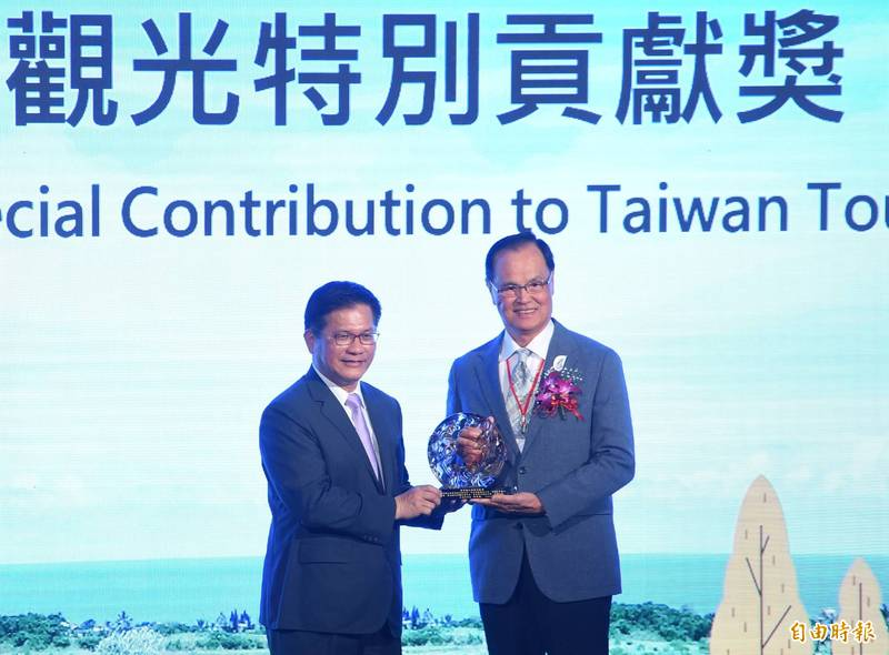 交通部觀光局24日舉辦「2021年觀光節」頒獎典禮,並由部長林佳龍頒獎表揚台灣觀光特別貢獻獎得主台灣觀光協會副會長蘇成田。(記者劉信德攝)