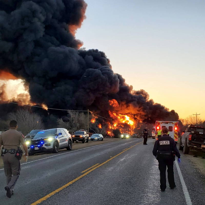 Ten carriages were plunged into flames, and the flames on the scene spread, explosions continued to be heard, and thick smoke burst into the sky.  (Reuters)