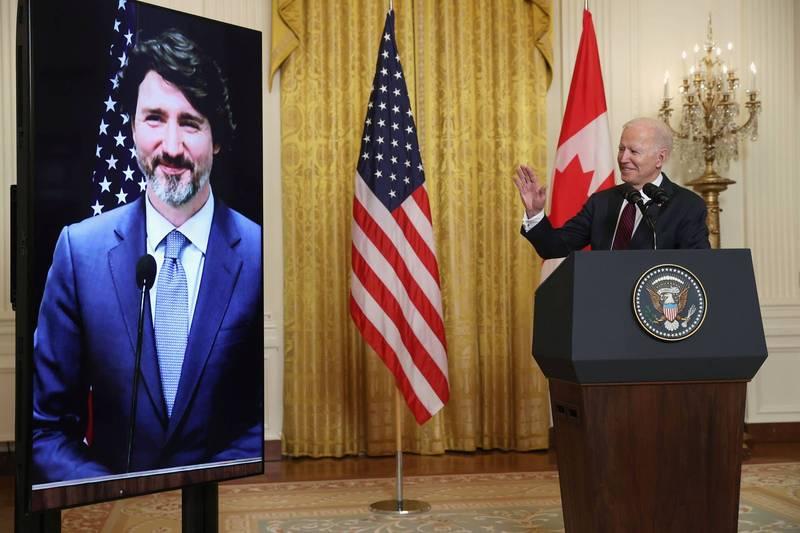 美國總統拜登23日與加拿大總理杜魯道進行雙邊會談,會後他表示,雙方皆同意將致力於2050年實現淨零碳排放的目標,圖為杜魯道(左)與拜登(右)。(路透)