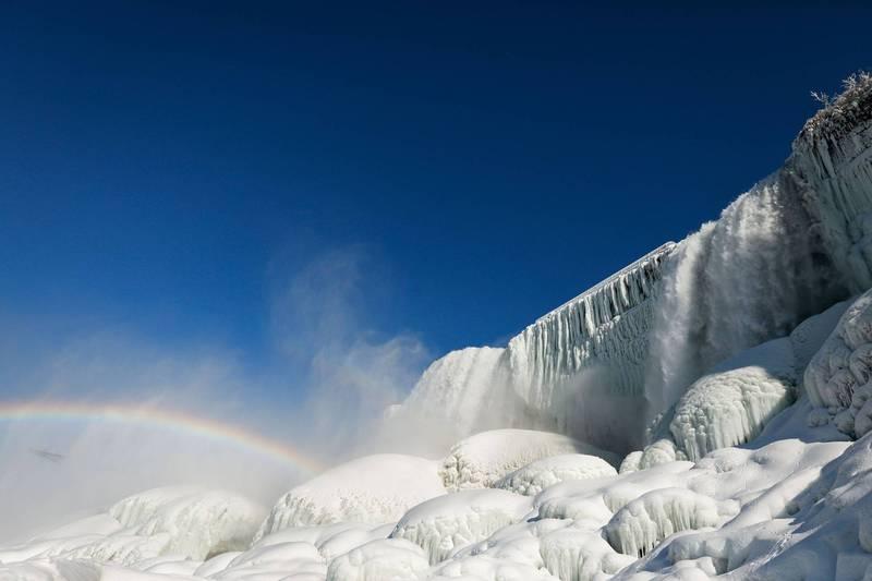 尼加拉瀑布仍有大量流水傾瀉而下,衝擊瀑布底部後產生蒸騰水氣,在陽光照射下形成美麗的彩虹,為本已非常夢幻的場景再增添了一分仙氣。(路透)