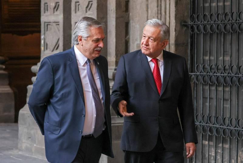 墨西哥總統羅培茲歐布拉多(右)與阿根廷總統費南德茲(左)23日舉行聯合記者會,呼籲聯合國介入,以確保疫苗公平分配。(法新社)
