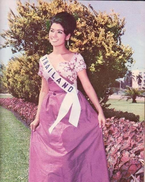 洪杉姑拉於1965年獲得環球小姐的殊榮。(圖翻攝自apasrahongsakula個人IG)