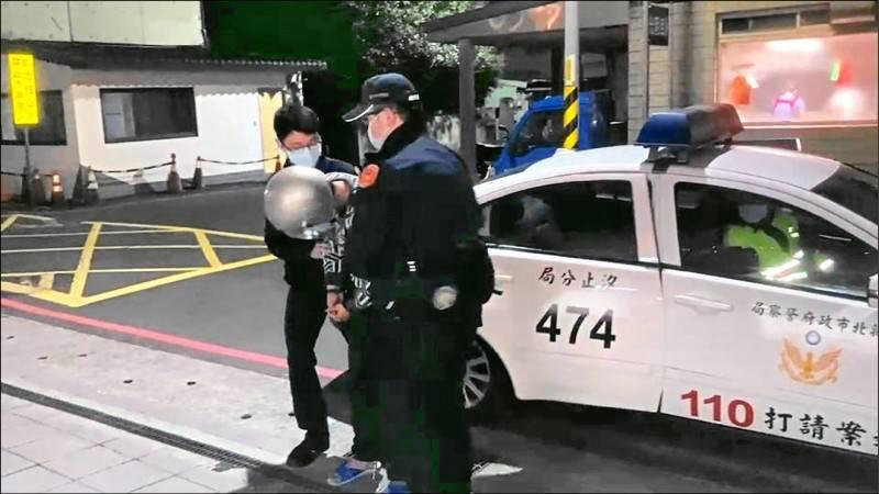警方將行兇的新北市吳男帶回詢問,遭聲押禁見獲准。(記者吳昇儒翻攝)