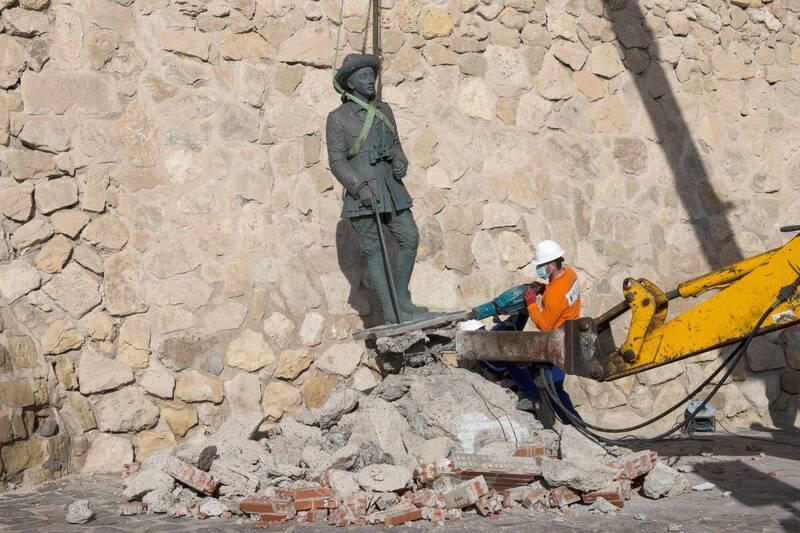 西班牙海外屬地麥里亞一座設立於1978年的佛朗哥雕像,週二在未大張旗鼓的情況下被移除(路透)