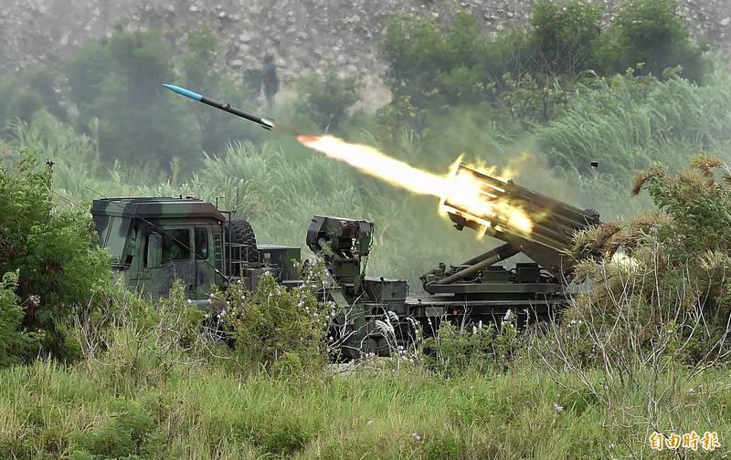 美國史丹福大學中國軍事和安全政策研究員梅慧琳近日表示,解放軍將領向她透露,中國國家主席習近平可能會在2年之內侵略台灣。圖為陸軍雷霆2000多管火箭對敵實施遠程攻擊。(資料照)