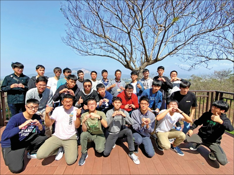 花蓮高中高三生畢旅在中山高泰安服務區休息時,學測成績公布,開心地合照。(花蓮高中提供)