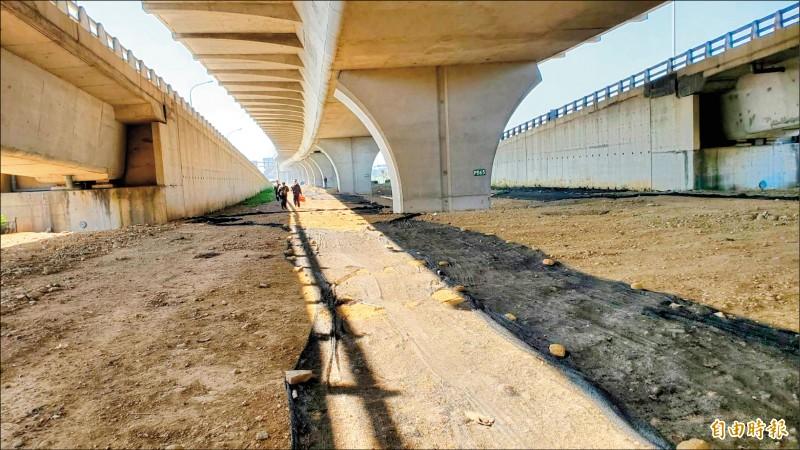 永安漁港周邊停車需求大,海管處將台61線快速公路橋下空間規劃為停車場。(記者許倬勛攝)