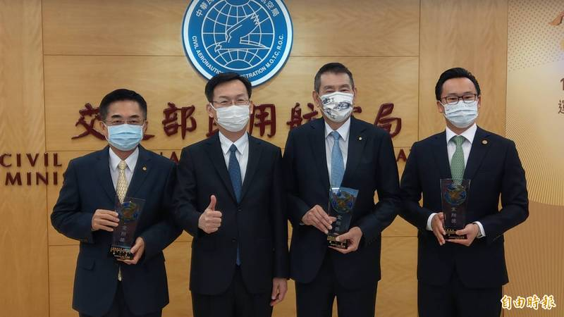 民航局長林國顯(左二)今表示仍有發現機組員居檢時亂跑違規行為。(記者鄭瑋奇攝)