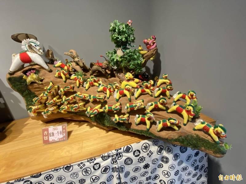 北港工藝坊主辦的「牛轉乾坤」生肖工藝聯,可欣賞到來自全國42名工藝師的作品。(記者詹士弘攝)