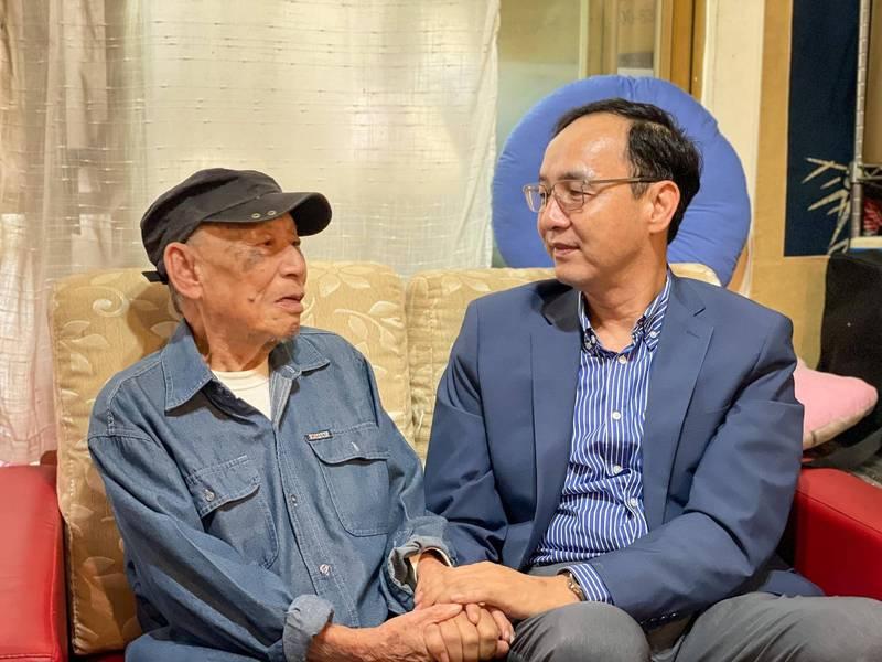 前國民黨主席朱立倫探視高齡99歲的228事件受難者、台灣歌仔戲教父曾仲影。(圖擷取自朱立倫臉書)