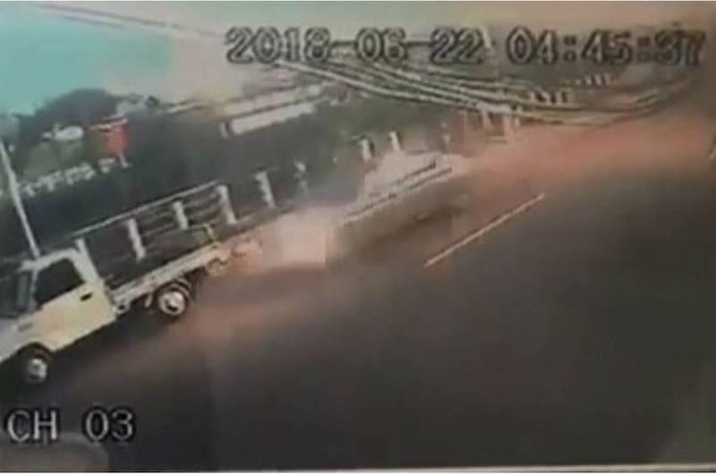 「撞車手」開車衝撞路旁畫面,令人觸目驚心。(記者張瑞楨翻攝)