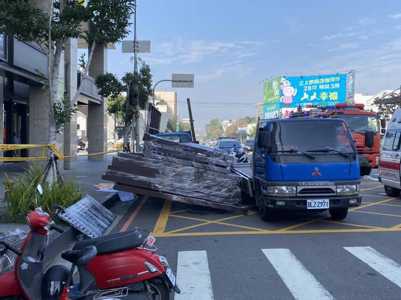 蕭男被貨車上傾倒的大型白鐵框壓住。(民眾提供)