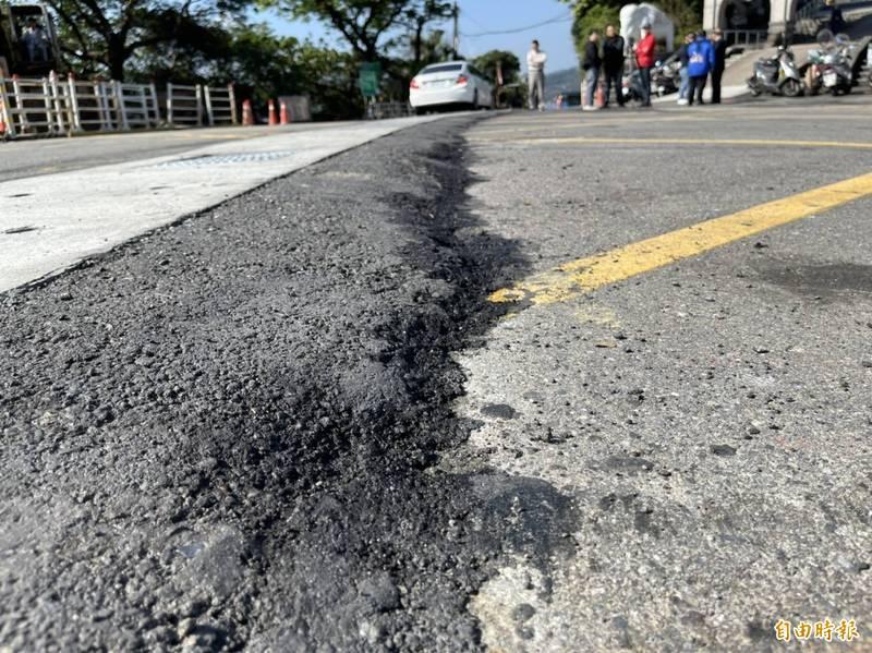 基隆市壽山路大佛禪院路段,最近發生多起民眾摔車、跌倒意外,現場沒有明確的工區警示,易造成混淆。(記者林欣漢翻攝)