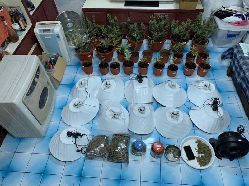 警方還查扣植物培育燈等證物。(記者張瑞楨翻攝)