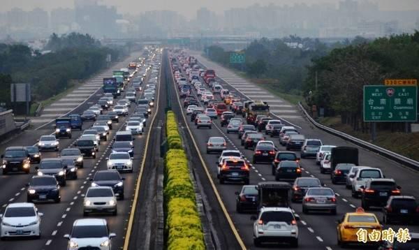 後天開始就是228連假,高公局預估明日國道就會有首波車潮湧現。(資料照)