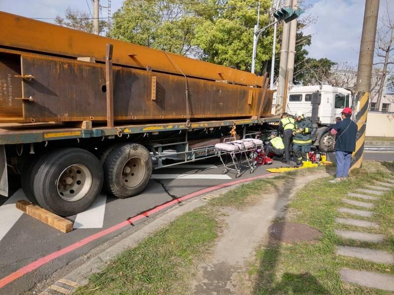 今天下午約3點半,新竹縣湖口鄉一輛載運鋼骨的拖板車疑似在右轉過程,可能是視差死角,與一輛騎乘三輪電動車的婦人發生車禍。(記者廖雪茹翻攝)
