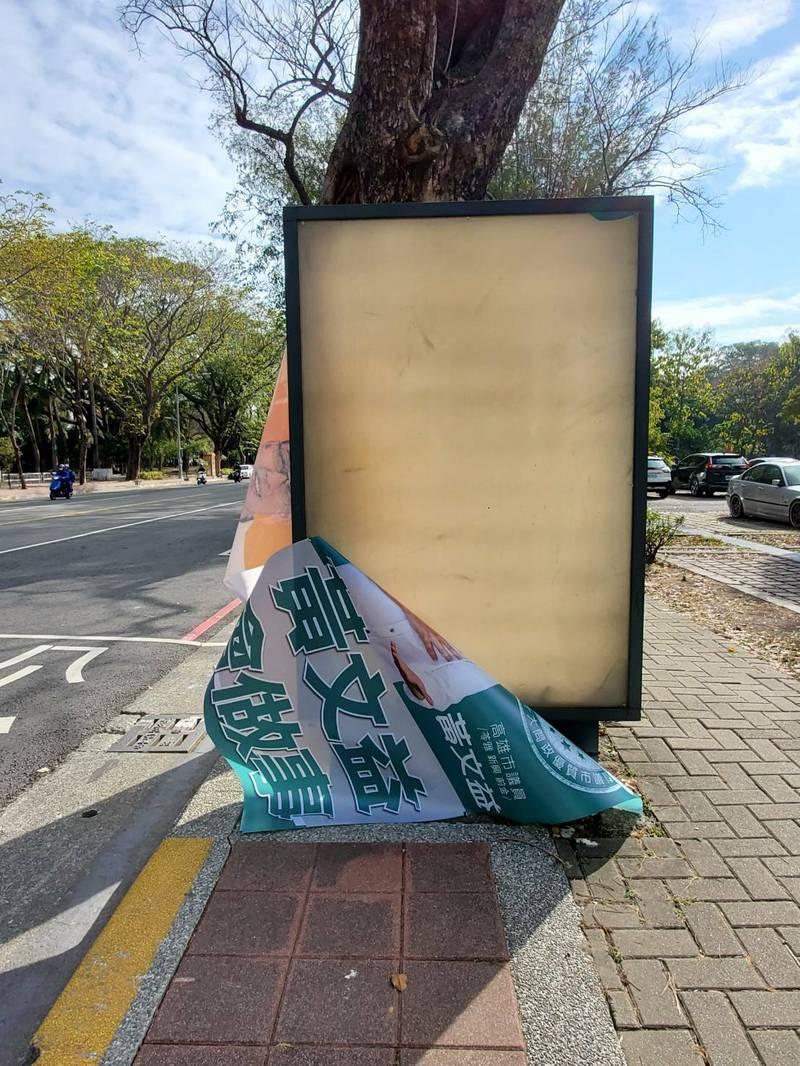 高雄市議員黃文益看板廣告遭撕毀。(讀者提供)