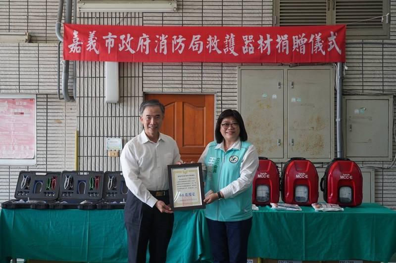 立委王美惠偕同永嘉基金會 捐贈嘉市消防局救護設備 - 生活 - 自由時報