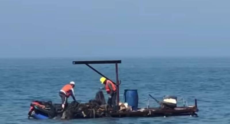 彰化漁港興建工程傳出負責浚港的下游包商員工,搭乘膠筏在大海丟棄廢漁網、廢塑膠等東西。(取自中區釣魚資訊社)
