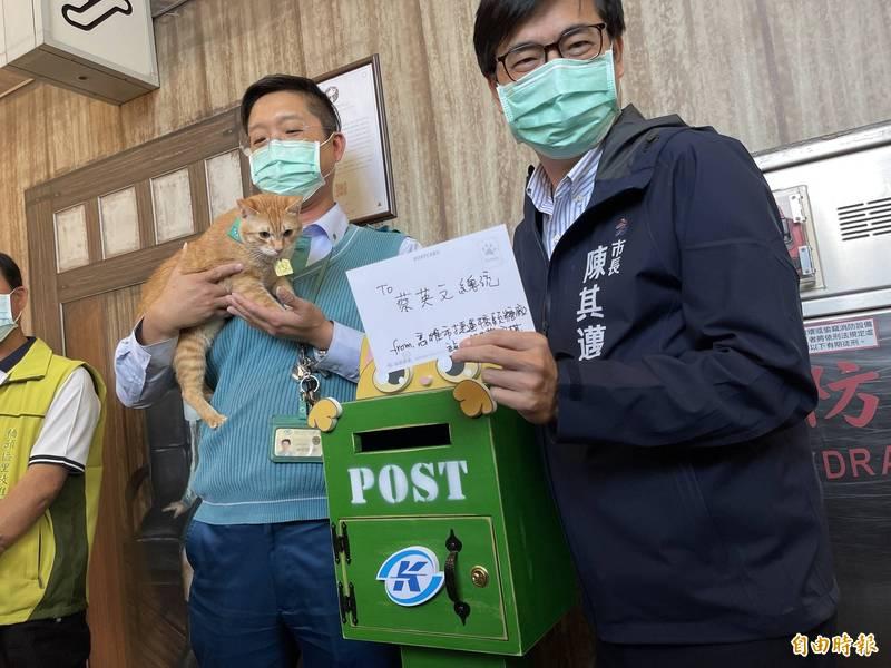 陳其邁以貓站長「蜜柑」專屬的明信片寫給同是貓奴的小英總統,邀她下次一起來探班。(記者許麗娟攝)