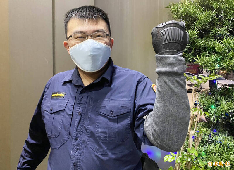桃市外勤員獲贈每人1雙「防割手套及袖套」,讓執勤多一分防護。(記者李容萍攝)