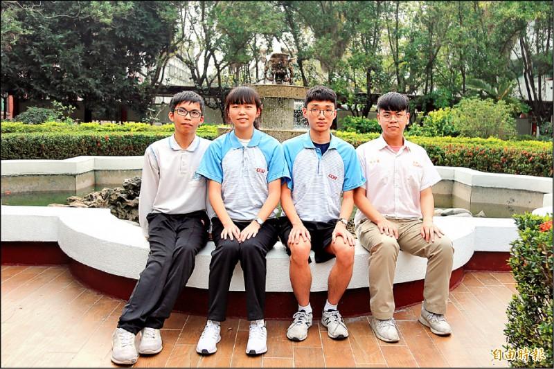 阮少逸(右一)考出數學滿級分;楊宗育、朱芊慈、趙振宇(左一至左三)表現亮眼。(記者邱芷柔攝)
