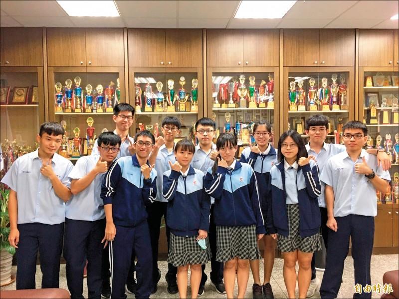 曾俊瀚(前排左二)學測以5科69級分成為學校榜首。(記者陳彥廷攝)