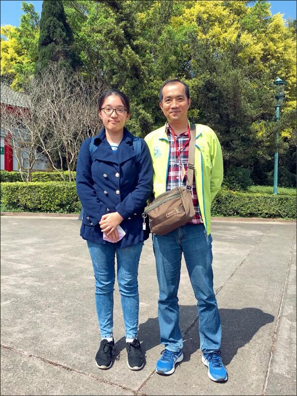 屏東學測榜首,屏東女中學生張綺真(左)和數理資優班導師王建弘(右)。(屏東女中提供)