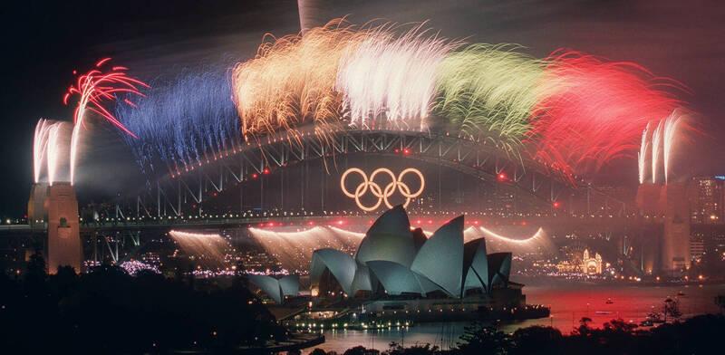 國際奧委會(IOC)24日宣布,2032年夏季奧運及帕運的首選主辦城市為澳洲布里斯本,若最終獲選,將是繼2000雪梨奧運之後,相隔32年再度在澳洲舉辦奧運。圖為2000年雪梨奧運閉幕式施放煙火。(美聯社)