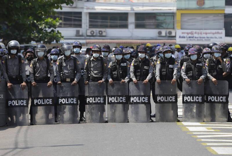 日媒今日報導,日本政府擬暫停對緬甸的「政府開發援助」。圖為緬甸仰光的警察。(歐新社)