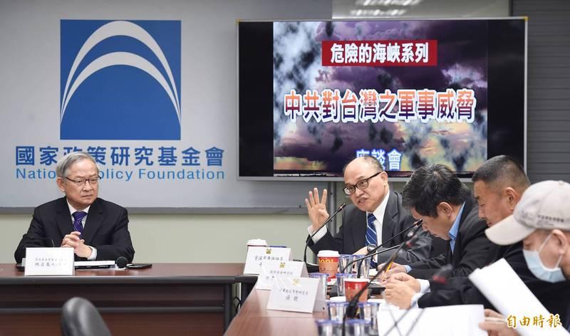 國家政策研究基金會25日舉行「中共對台灣之軍事威脅」座談會,由國家安全組召集人林郁方(左)主持,邀請資深軍事評論員丌樂義(右)等人與會座談。(記者廖振輝攝)