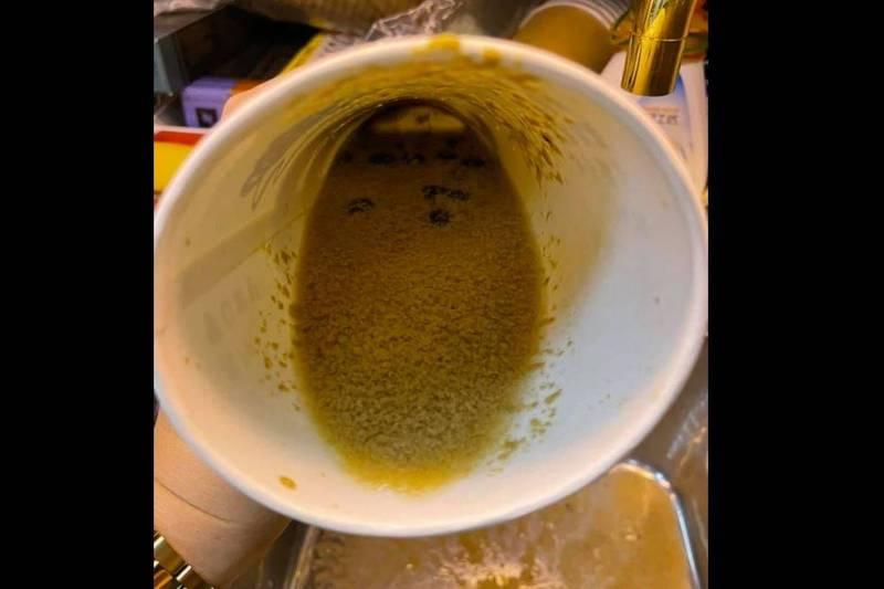 網友表示,她買的「益壽奶茶」裡頭的奶茶竟宛如「火鍋高湯」。(圖取自臉書社團「爆怨公社」)