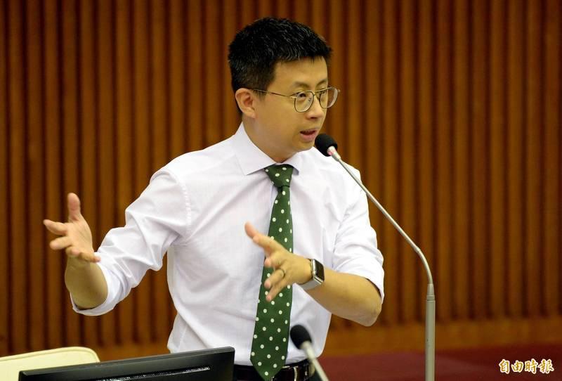 議員「呱吉」邱威傑(見圖)表示,自己經常在台北市騎乘單車,但除了河濱,台北市這幾年騎單車真的沒有比較容易,籲「不要說議員的批評沒智慧」。(資料照)