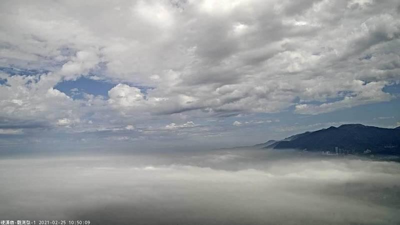 鄭明典在臉書PO文,稱上午觀音山已有雲海湧入,提醒民眾注意空氣品質。(擷取自鄭明典臉書)