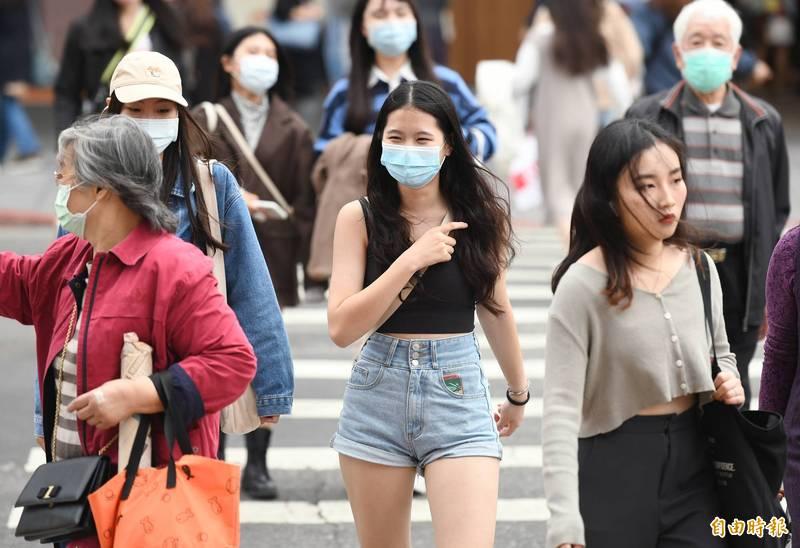 台灣近日陽光露臉,白天各地出現25℃以上氣溫,有民眾衣著提前換季。(資料照)
