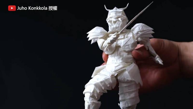 這個20公分高的武士,竟然要花50小時才摺得出來。(YouTube Juho Konkkola 授權)