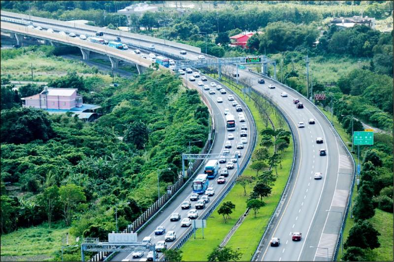 交通部高速公路局預估,國道5號預估今天上午10點開始湧現車潮。(資料照)