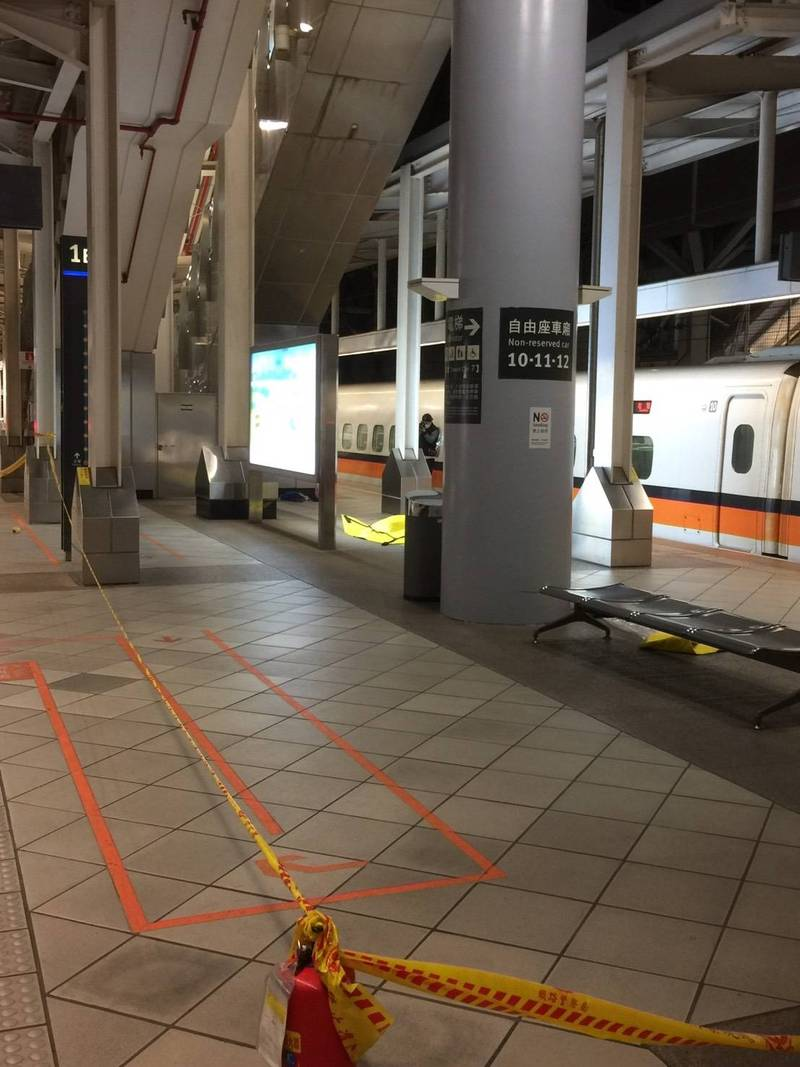 高鐵左營站25日晚間驚見疑似爆裂物,警方封鎖現場。(民眾提供)