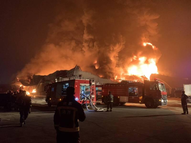 桃園大園倉儲凌晨火警,火勢燃燒6小時熄滅。(記者鄭淑婷翻攝)