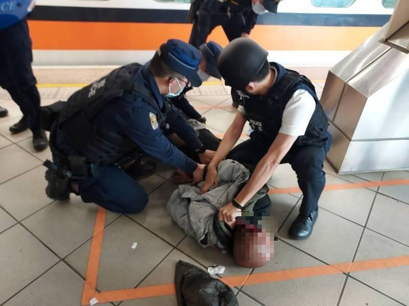 警方昨在高鐵左營站月台制伏聲稱帶著爆裂物的林嫌。(警方提供)