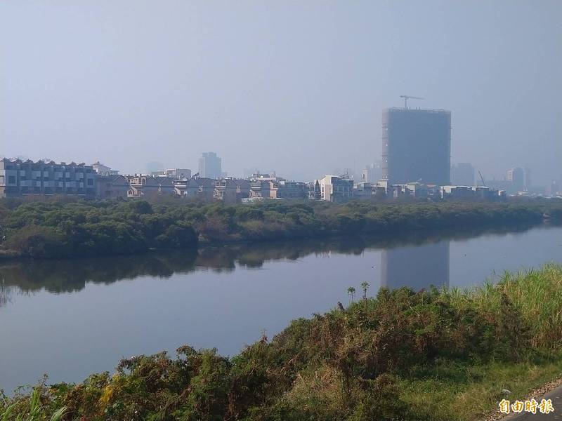 從台南安南區鹽水溪堤岸往台南市區望去,霧茫茫一片。(記者蔡文居攝)