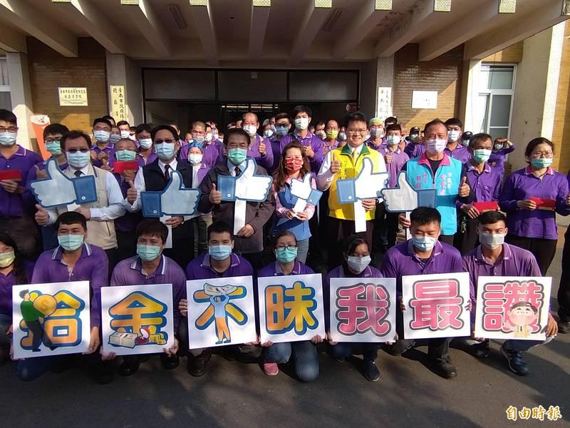 台南市長黃偉哲公開表揚8名清潔隊員拾金不昧的義行。(記者蔡文居攝)